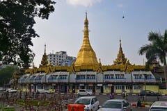 Sule Pagoda med en stor Burmese stupa som lokaliseras i hjärtan av i stadens centrum Yangon royaltyfria bilder