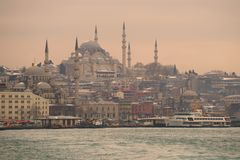 Suleiman清真寺的看法从金黄垫铁海湾在一个1月多云晚上,伊斯坦布尔的 免版税库存图片