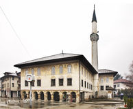 Sulejmanija清真寺(色的清真寺)在特拉夫尼克 达成协议波斯尼亚夹子色的greyed黑塞哥维那包括专业的区区映射路径替补被遮蔽的状态周围的领土对都市植被 库存图片