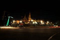 Sulepagode in Myanmar met het verkeer rond bij nacht stock foto's