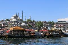Suleymaniye清真寺和Eminönà ¼鱼和面包餐馆 免版税库存照片