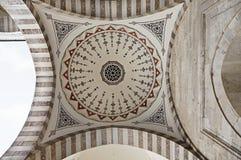 Suleymaniye清真寺在伊斯坦布尔土耳其-内在现场- revak -曲拱 库存图片