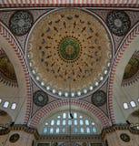 Suleymaniye清真寺天花板有三曲拱的主要圆顶和交叉点的,伊斯坦布尔,土耳其 免版税库存图片