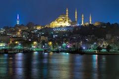 Suleymaniye清真寺晚上视图和Beyazit在伊斯坦布尔耸立 库存照片
