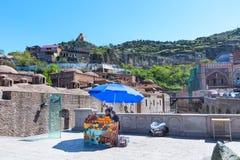 Sulfure los baños y a los vendedores frescos del jugo de la naranja y de la granada en la ciudad vieja de Tbilisi, Georgia Imagen de archivo