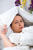 Sulky Frau im Bett Lizenzfreie Stockfotos