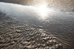 Sull 'acqua del mare del sabbia e del sulla del de Riflesso único imágenes de archivo libres de regalías