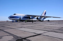 AN-124 sull'aerodromo Fotografia Stock
