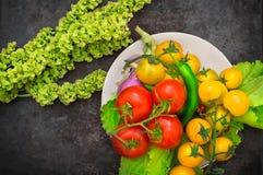Sull'alimento biologico dell'insieme Verdure crude fresche per insalata Su un vecchio fondo nero Vista superiore Primo piano Fotografia Stock Libera da Diritti
