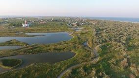 Sull'isola sopra i percorsi sopra gli estuari stock footage