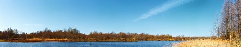 Sulla banca del lago di primavera. Immagine Stock