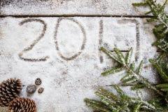 2017 sulla carta da parati bianca della neve con i simboli naturali, vista superiore Fotografia Stock Libera da Diritti