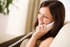 Sulla casa del telefono: donna chiamare Immagini Stock Libere da Diritti