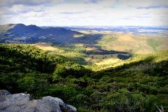 Sulla cima della natura selvaggia con una vista piacevole Immagine Stock