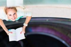 Sulla città universitaria - abbastanza, studentessa con i libri Fotografia Stock