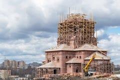 Sulla collina costruita una nuova chiesa La chiesa è del mattone rosso Immagine Stock