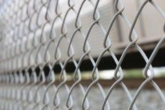 Sulla fine sul recinto del collegamento a catena - ad angolo Immagini Stock Libere da Diritti