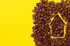 Sulla freccia dei chicchi di caffè fotografia stock
