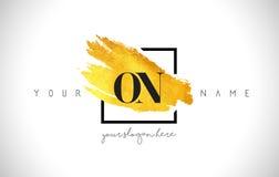 Sulla lettera dorata Logo Design con il colpo creativo della spazzola dell'oro Immagini Stock