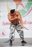 Sulla manifestazione della fase di forza conquisti il cavaliere russo del metallo, l'eroe, le maciste, il culturista Sergey Sebal Fotografie Stock Libere da Diritti