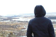 Sulla montagna guarda un'alta marea Il fiume si è sparso Fotografia Stock