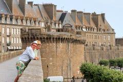 Sulla parete al grande portone in Saint Malo Fotografia Stock Libera da Diritti