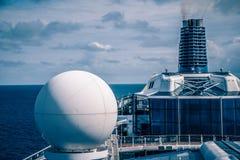Sulla piattaforma della nave enorme della fodera di crociera da Seattle nell'Alaska Fotografia Stock