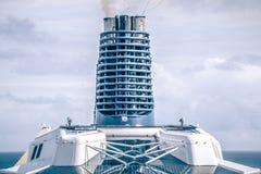 Sulla piattaforma della nave enorme della fodera di crociera da Seattle nell'Alaska Immagini Stock Libere da Diritti