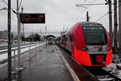 ` Sulla piattaforma, ferrovie russe RZD del sorso del ` del treno ad alta velocità Fotografie Stock