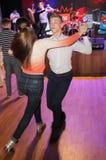 Sulla pista da ballo studio di una coppia di giovane ballerini del ballo da sala prestazioni di ripetizione sulla scena del club Fotografia Stock