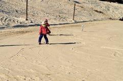 Sulla pista di corsa con gli sci in alpi Fotografia Stock