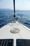 Sulla prua di un yacht di navigazione Fotografia Stock Libera da Diritti