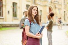 Sulla ragazza dello studente della priorità alta con capelli marroni lunghi Fotografia Stock