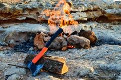 Sulla roccia un fuoco brucia in un barbecue casalingo allineato con le pietre Fotografie Stock Libere da Diritti