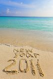 Sulla sabbia al bordo dell'oceano è scritto 2011 Fotografie Stock