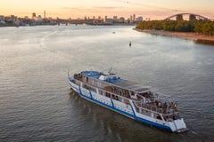 Sulla sera calda dell'estate una barca galleggia sul fiume Fotografia Stock