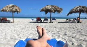Sulla spiaggia alla località di soggiorno Fotografia Stock Libera da Diritti