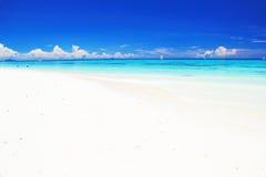 Sulla spiaggia con il mare blu, il cielo blu e la nuvola bianca Fotografia Stock Libera da Diritti