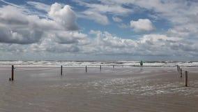 Sulla spiaggia stupefacente di Lakolk dopo pioggia persistente stock footage