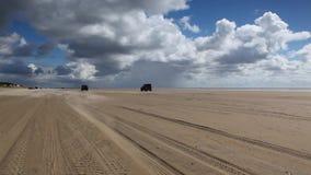 Sulla spiaggia stupefacente di Sonderstrand sulla penisola di Romo, il Jutland, Danimarca stock footage
