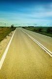 Sulla strada con cielo blu Immagine Stock