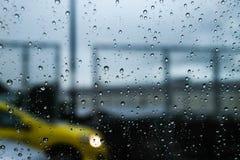 Sulla strada nel giorno piovoso fotografie stock libere da diritti