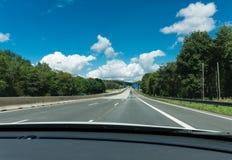 Sulla strada principale tedesca vuota veduta dall'automobile fotografie stock libere da diritti