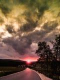Sulla strada a tempo di tramonto Fotografia Stock