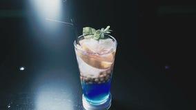 Sulla tavola c'è un cocktail pronto di colore blu archivi video