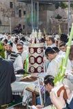 Sulla tavola c'è un Torah arriva a fiumi il caso magnifico Fotografia Stock