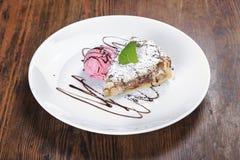 Sulla tavola un piatto della torta della frutta, Immagine Stock Libera da Diritti