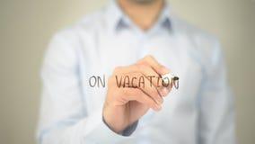 Sulla vacanza, scrittura dell'uomo sullo schermo trasparente Immagini Stock Libere da Diritti