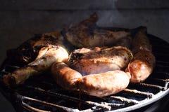 Sulla via cucinano la carne arrostita, il chorizo ed il pollo fotografie stock