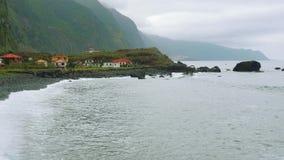 Sulla vista delle onde dell'oceano dalla riva cliffy del Nord del Madera archivi video